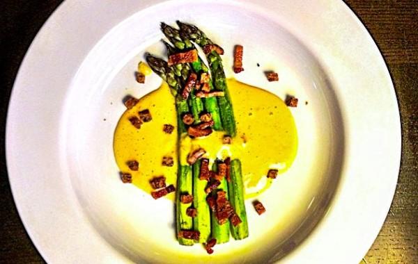Asparagus fried in nutmeg